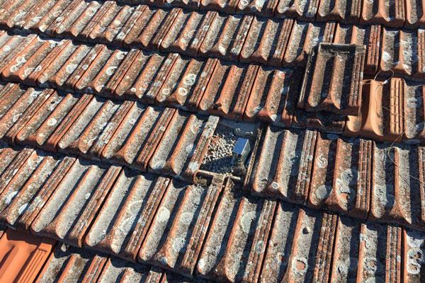 reparar las tejas de los tejados